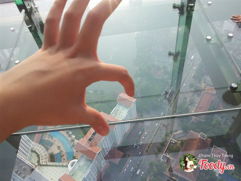 dai-quan-sat-sky-walk-lotte-center-dia-diem-hen-ho-san-may-cho-cac-cap-doi-o-ha-noi-azbooking