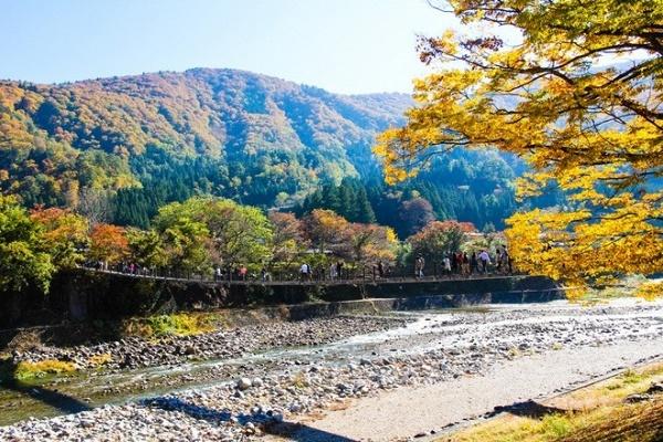 ngoi-lang-co-tich-Shirakawa-go-nhat-ban-azbooking.vn